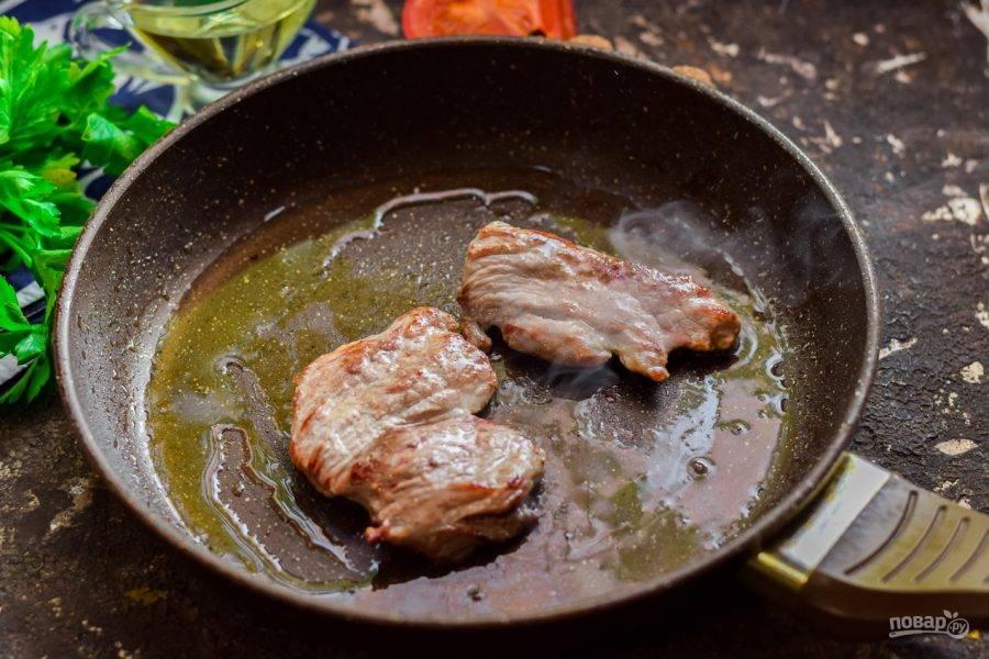 Поджарьте мясо на среднем огне с обеих сторон - по 3 минуты. Сковороду не забудьте смазать маслом.