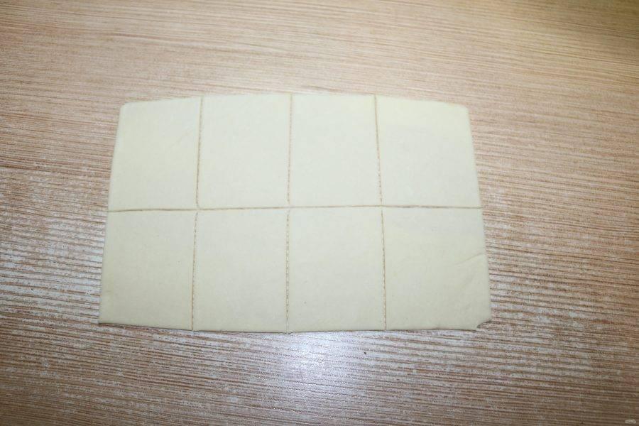 Тесту дайте отдохнуть, накройте кухонным полотенцем. Затем раскатайте и нарежьте на квадраты.