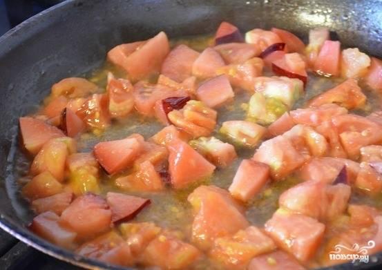 Обдайте кипятком томаты. Таким образом вы сможете легко снять с них кожуру. Нарежьте их кубиками. То же самое проделайте и со сливами. Обжарьте подготовленные ингредиенты в отдельной сковороде с добавлением небольшого количества растительного масла.