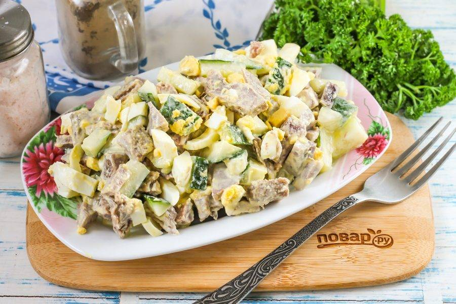 Выложите салат на тарелку и подайте к столу.