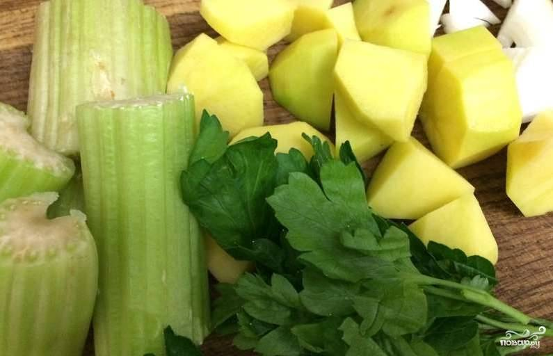 1. Для начала моем капусту брокколи и разбираем ее на соцветия. Затем очищаем картофель, лук и нарезаем все овощи, а также сельдерей.