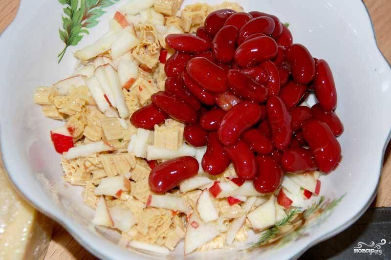 Затем в салатницу к спарже добавить мелко порубленное яблоко и фасоль (лучше без жидкости).
