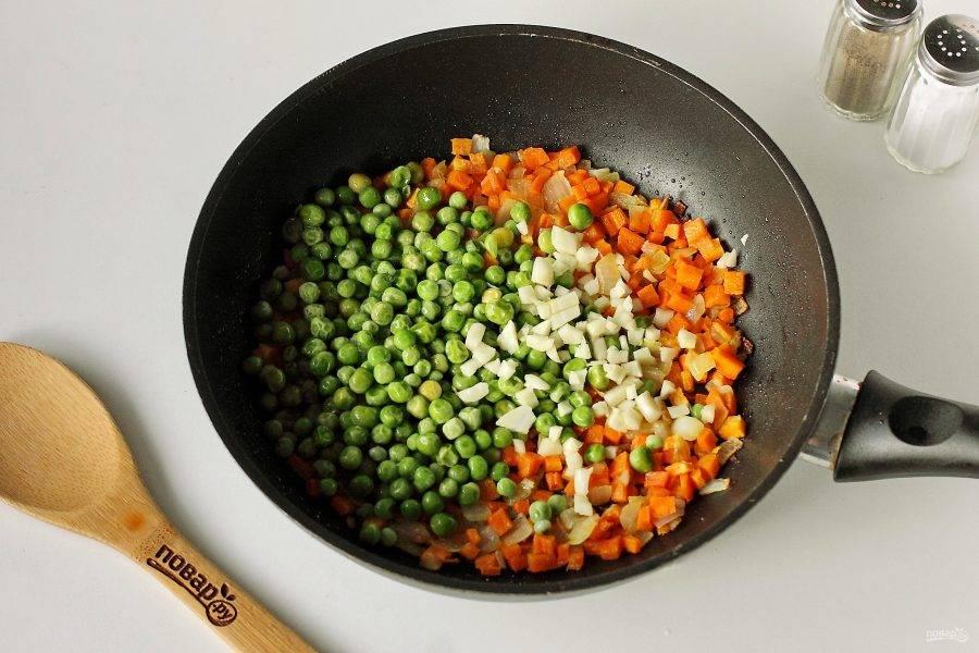 Обжарьте овощи до мягкости. Добавьте горошек и измельченный чеснок.