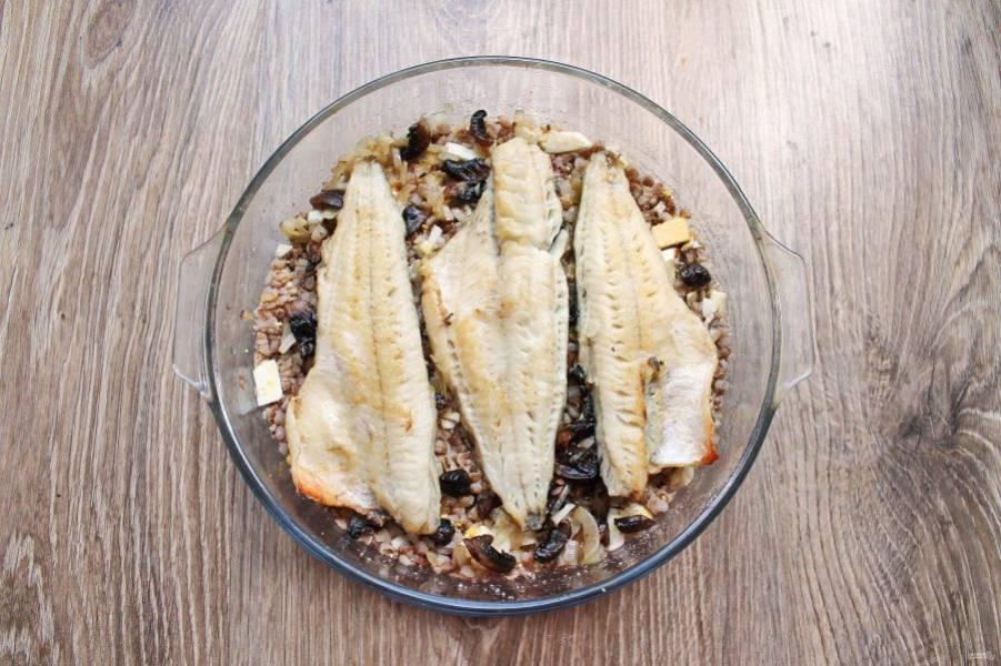 Разложите поверх грибов обжаренное рыбное филе.