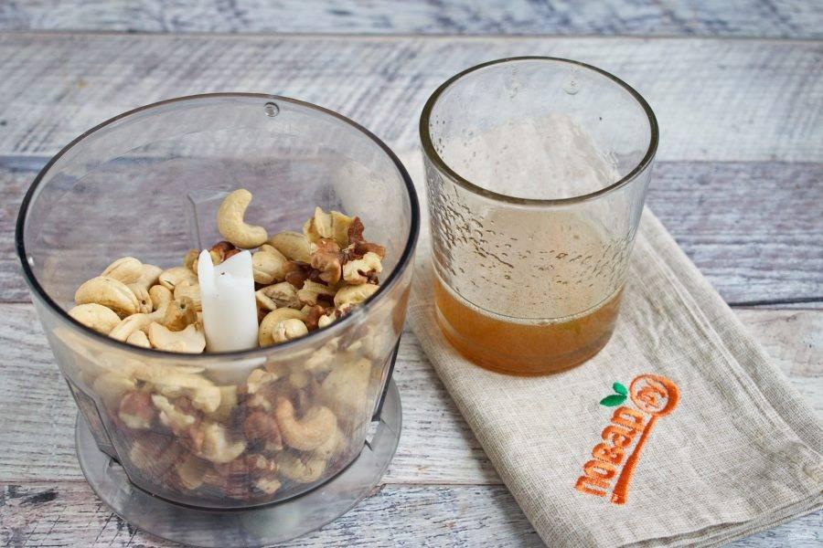 Орехи просушите в течение 5 минут в духовке при 100 градусах. Остудите. Измельчите в блендере в мелкую крошку.