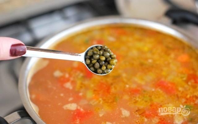 8.Нарежьте белую рыбу кусочками, добавьте в кастрюлю. Также добавьте каперсы, по вкусу посолите и поперчите. Варите 5-10 минут.