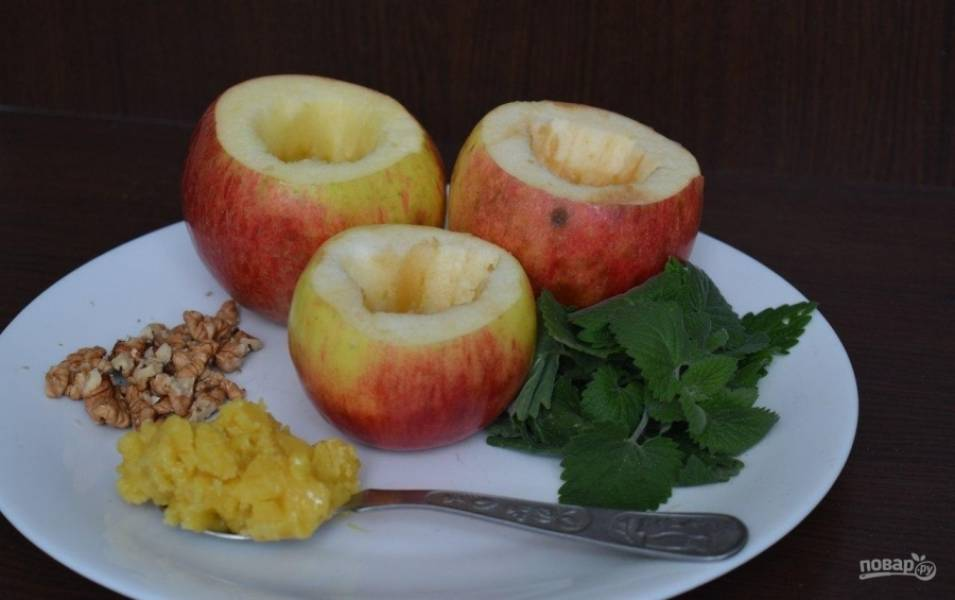 1.Яблоки мою, срезаю верхушку и вычищаю серединку (удаляю косточки и убираю немного мякоти), оставляю стеночки в толщину около 1 сантиметра. Орехи чищу от скорлупы и перепонок.