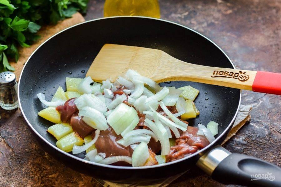 Сразу добавьте в сковороду к печени и картофелю лук.