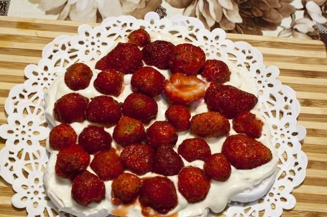 6. Клубнику вымыть, очистить от хвостиков и нарезать дольками. Ее можно заменить любыми другими ягодами или консервированными фруктами. Выложить ровным слоем клубнику на зефир.