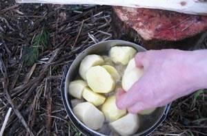 Тем временем очищаем картофель. Крупный - режем пополам.