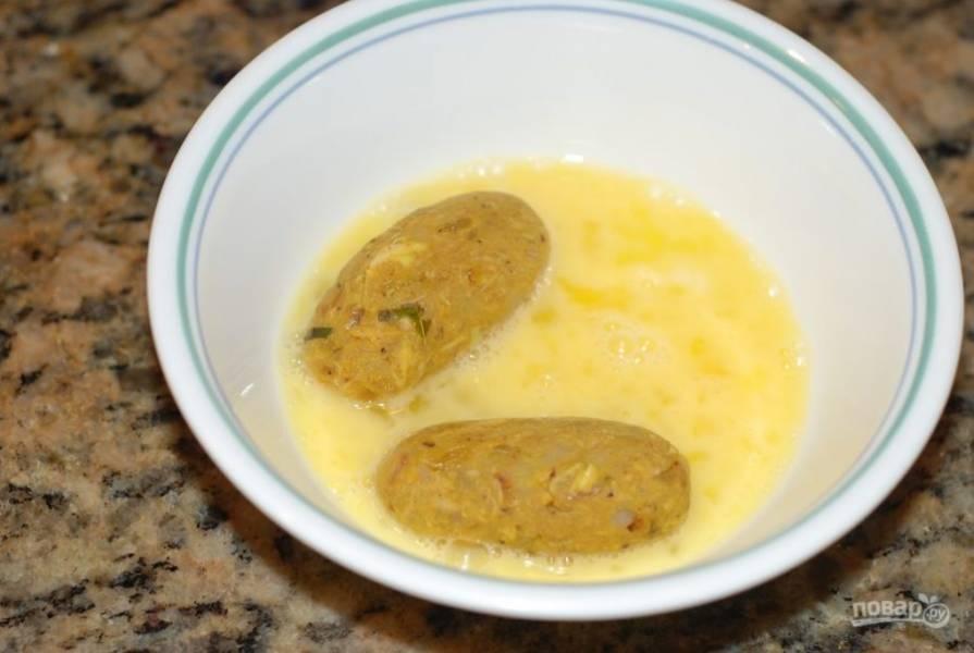 Окуните заготовки во взбитое яйцо.