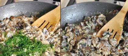 Присыпаем грибы измельченным чесноком и укропом, перемешиваем и через 2 минуты снимаем с огня.