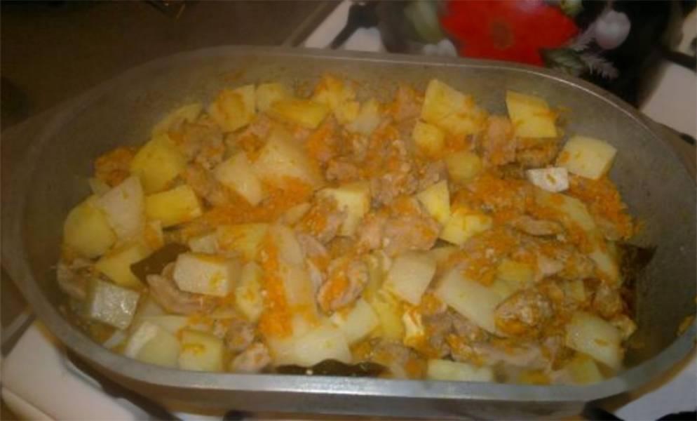 6. Нарежьте картофель и добавьте его в утятницу, перемешайте и тушите всё под закрытой крышкой еще 30 минут.