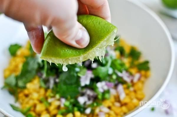 2. Добавьте соль и перец, выжмите сок лайма.