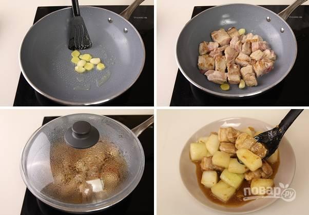 5. На сковороду отправьте чеснок с имбирем и обжарьте пару минут, после выложите мясо. Жарьте минут 5-7, помешивая. Влейте бульон, добавьте чуточку томатной пасты и коричневый сахар. Аккуратно перемешайте и оставьте под крышкой на 20 минут. После чего добавьте дыню, снова накройте крышкой и тушите до готовности.