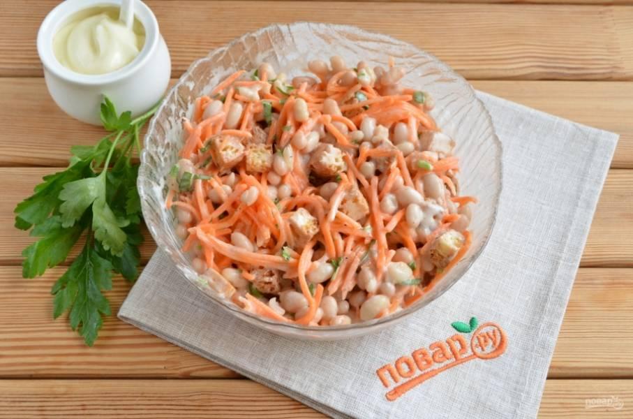 3. Всё перемешайте, и салат готов! Подавайте его сразу к столу, пока хрустят сухарики. Приятного аппетита!