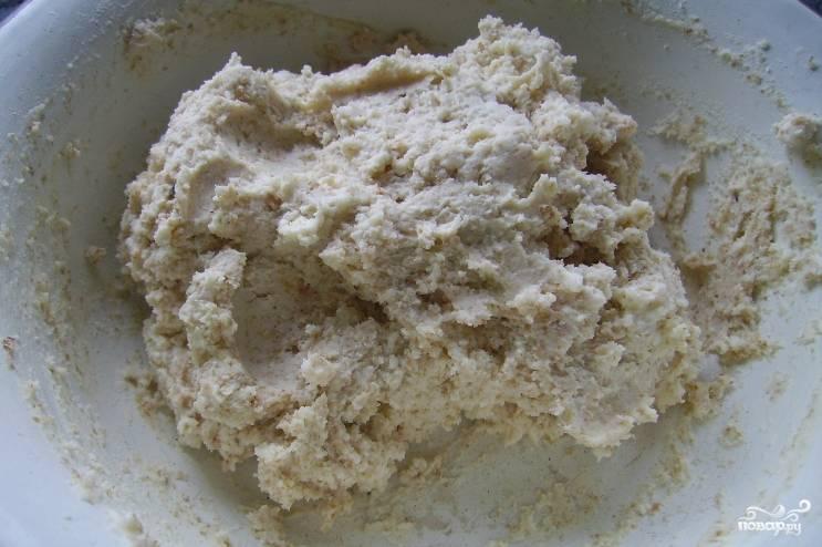 1. Яйцо перетираем с сахаром, пока масса не станет белой и пышной. Добавим к ней творог и сливочное масло, перемешаем Потом добавим муку и опять перемешаем.