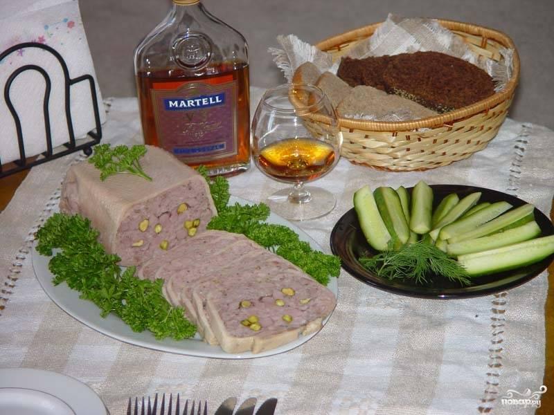 Готовый паштет из утки порежьте порционно и подавайте к коньяку или бренди, украсьте зеленью. Приятного аппетита!