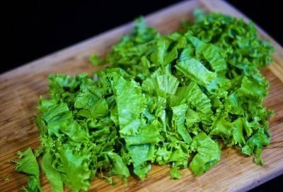 Листья салата порвать на кусочки.
