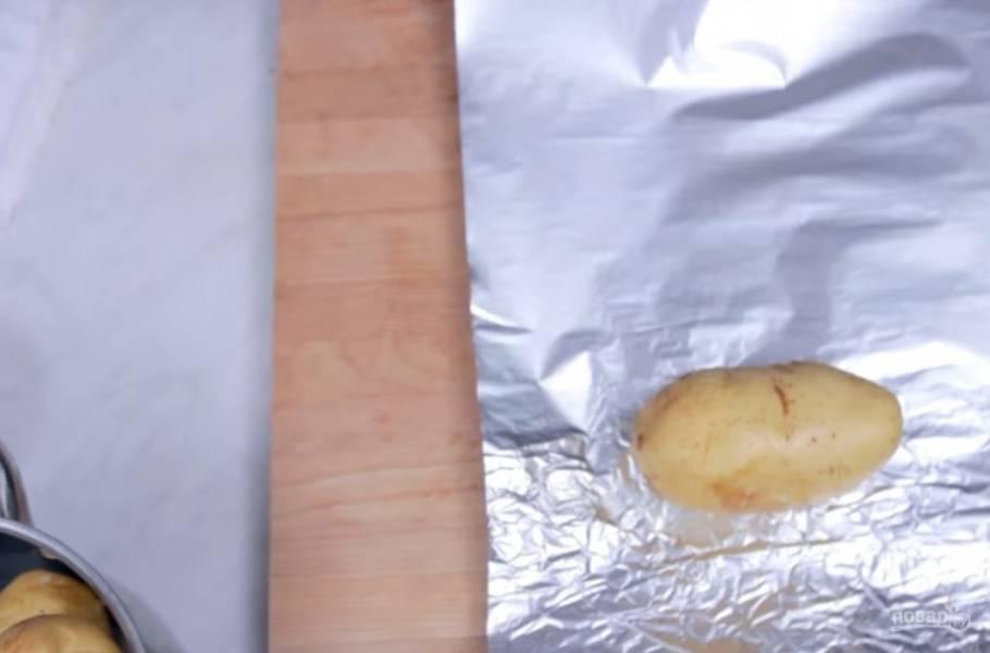 1. Картофель хорошо помойте или очистите от кожуры, заверните в толстый слой фольги и оправьте в духовку на 1,5-2 часа при температуре 180 градусов. Готовность проверяйте деревянной шпажкой.