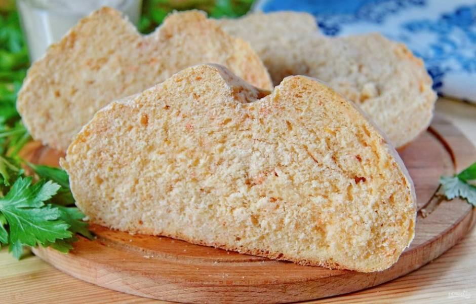 10. После того как хлеб полностью остынет, его можно нарезать и подать к столу. Приятного аппетита!