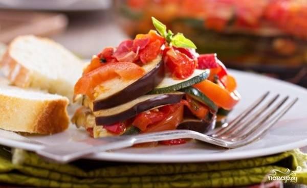 Запекайте рататуй в духовке при 130 градусах в течение двух часов. Подавайте блюдо, сбрызнув уксусом и оливковым маслом. Приятного аппетита!
