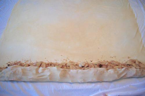 3. Теперь выкладываем начинку из яблок на лаваш, сворачиваем его жгутом.