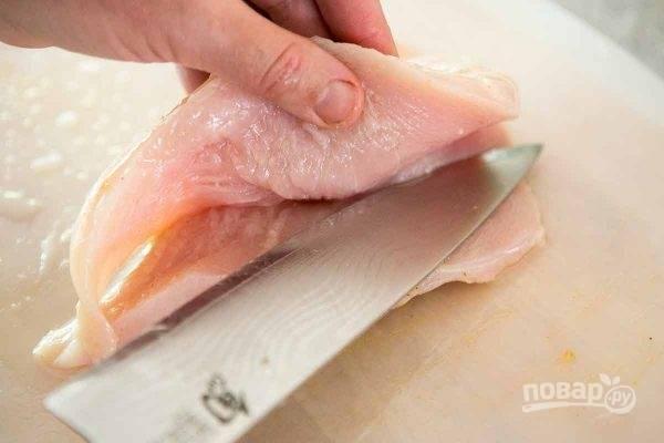 Куриные грудки прорежьте поперек, разделяя на 2 слоя, но не прорезайте до конца.Смешайте сок лимона, 3 ложки масла, немного соли, тмин, чили, кориандр и замаринуйте в этой смеси курицу на часа 2.