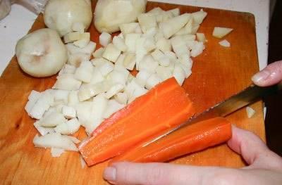 Морковь и картофель отварите в мундирах до готовности. Остудите, очистите и нарежьте мелкими кубиками. Сваренное вкрутую яйцо, также режем кубиками. Лук репчатый измельчаем.
