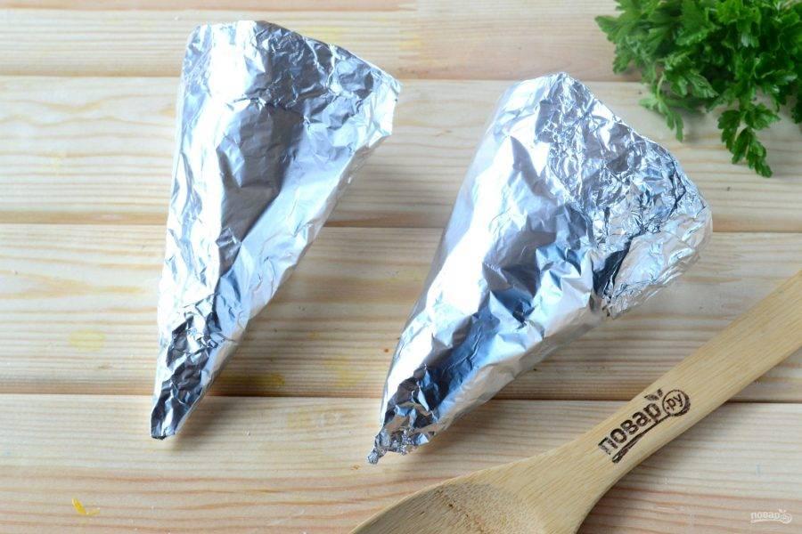 Из фольги сделайте формы для рожков в виде конуса. Для этого фольгу лучше сложить втрое, а то и вчетверо.