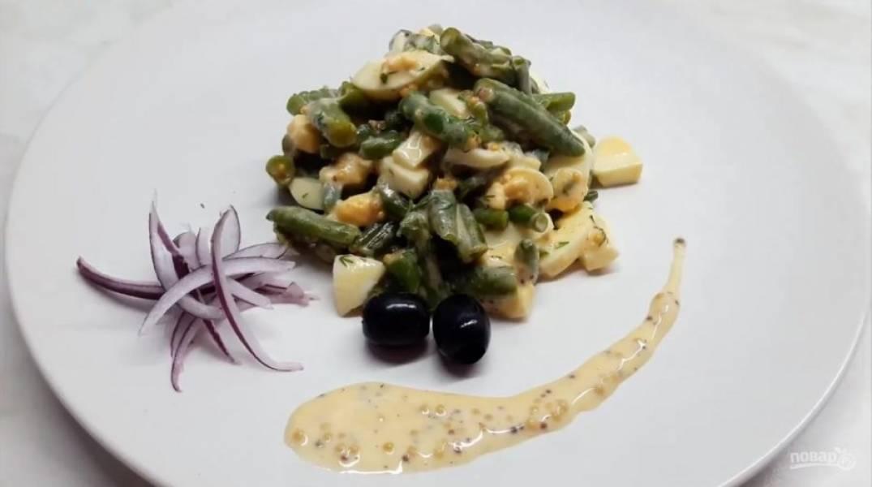 4. Добавьте заправку и перемешайте салат. Выложите на блюдо и украсьте соусом, оливками и луком. Приятного аппетита!