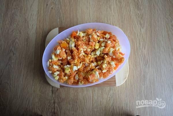 Морковь и яйца очистите, нарубите мелкими кубиками. Добавьте соль, сахар и растопленное сливочное масло, перемешайте. Немного масла оставьте для смазывания буккенов.