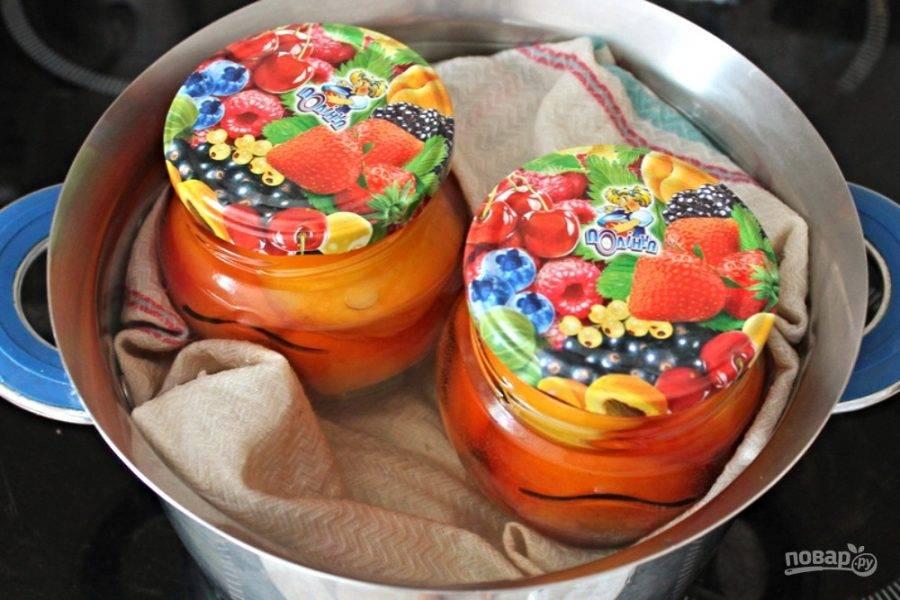 Кипящий сироп выливаем в банки с персиками, сверху кладем металлические крышки, которыми будем закатывать банки. Пастеризуем 10-15 минут.