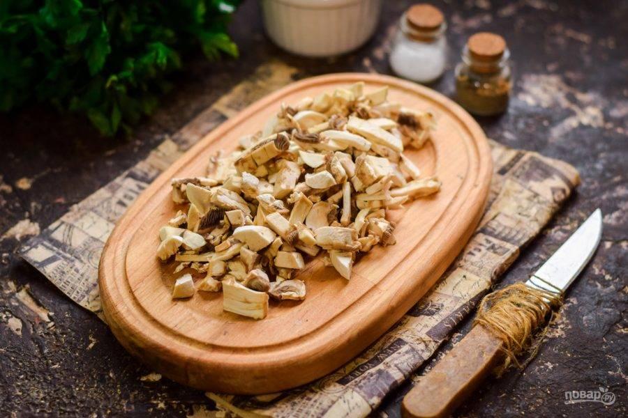Шампиньоны вымойте, просушите, нарежьте небольшими кусочками. Жарьте грибы до готовности - 3-4 минуты.