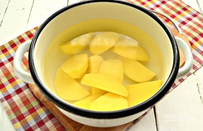 Выкладываем картофель в кастрюлю, заливаем его водой и варим до готовности. Когда вода закипит, добавим соль.