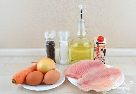 Подготовьте продукты, морковь и лук очистите. Если вы используете замороженную рыбу, то ее нужно разморозить, промыть и обсушить. Свежее филе промойте и обсушите.