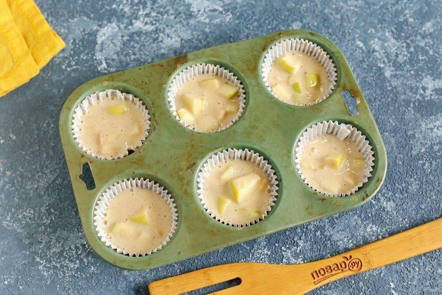 Для выпекания используйте любые формочки для кексов. Заполнять их необходимо на 2/3. Выпекайте маффины в духовке около 30 минут при температуре 180 градусов.