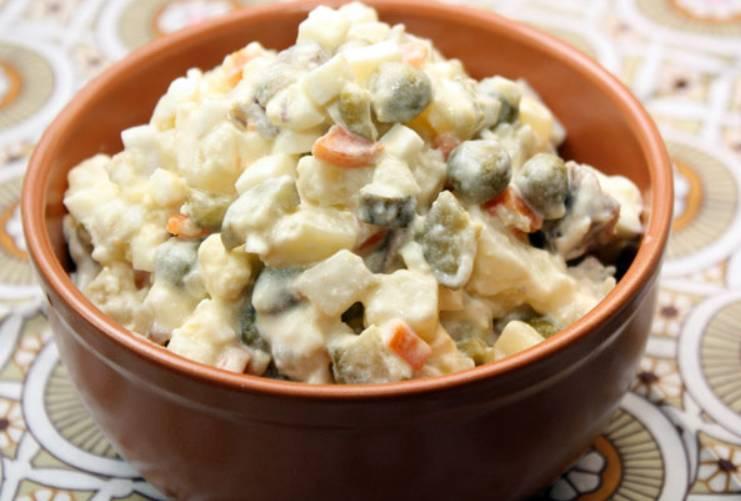 В самом конце добавляем измельченные соленые огурцы и консервированный горошек (без жидкости). Заправляем салат майонезом и подаем на стол (перед подачей охлаждаем). Приятного аппетита!