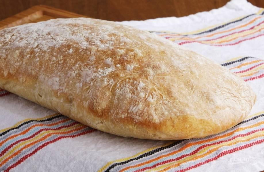 Выпекайте чиабатту при 220 С 30-35 минут. Чтобы хлеб не подгорел, поставьте на нижний уровень плошку с водой.