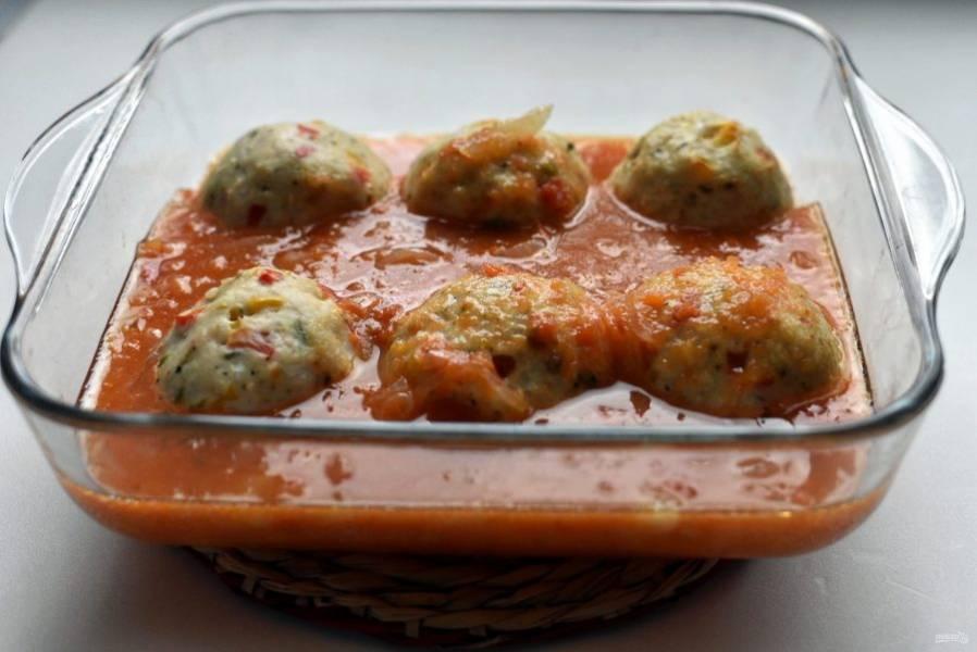 Достаньте форму из духовки, залейте тефтели соусом.
