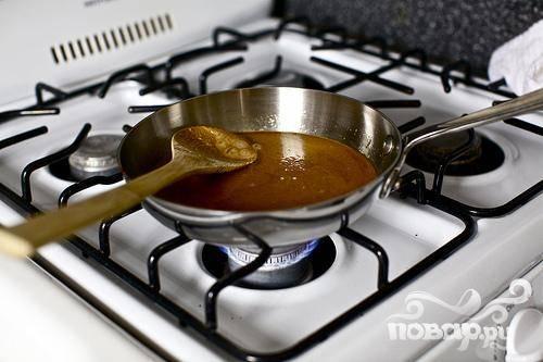 2. Растопить сливочное масло в сковороде на среднем огне. Насыпать оставшийся 1 стакан сахара и варить, помешивая, до цвета бледной карамели.