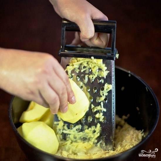 Очищенные от кожуры и сердцевин яблоки натираем на крупной терке.