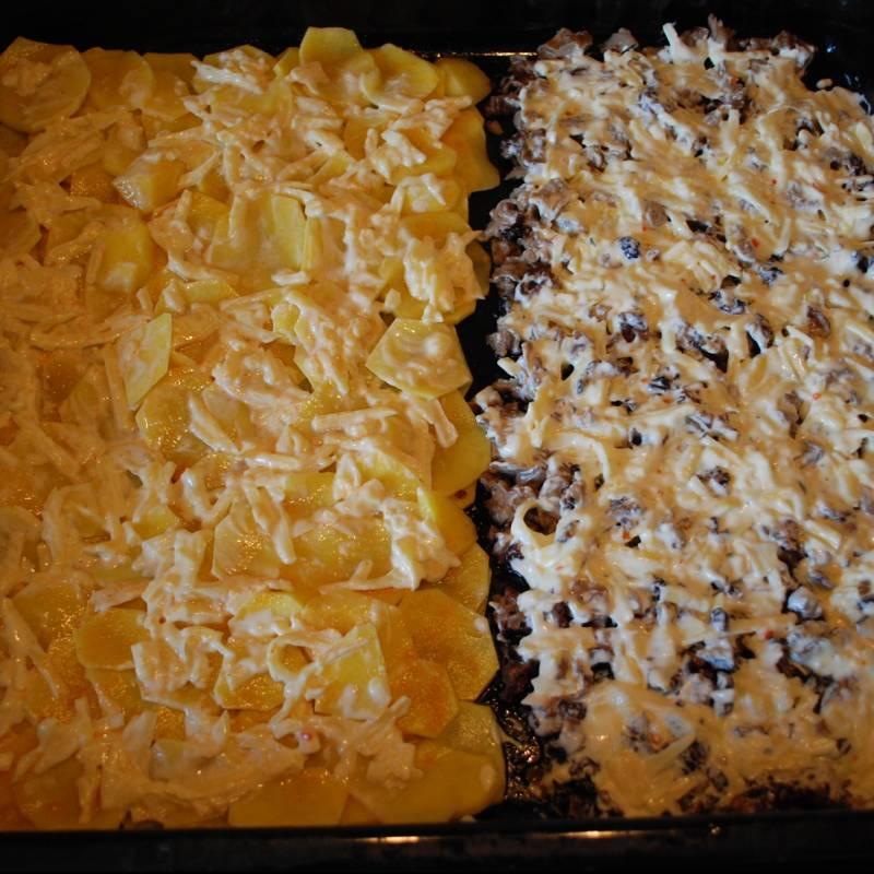 Сыр натереть, смешать со сметаной и майонезом. Намазать этой массой сверху наши грибочки и картошку.