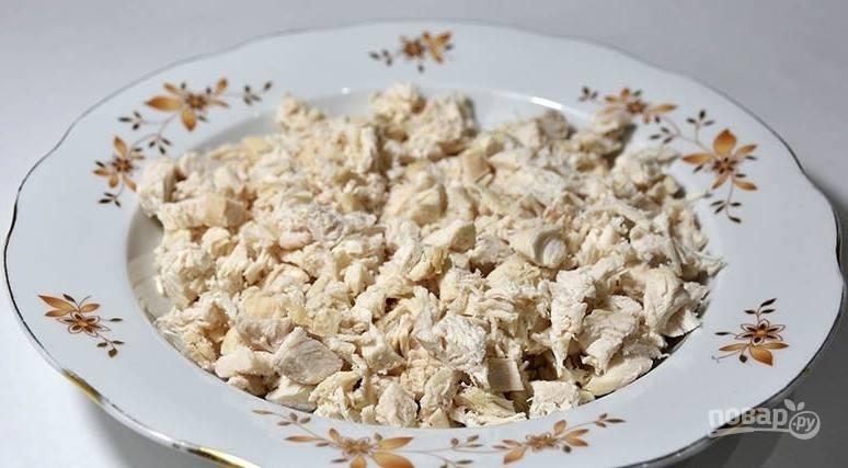В подсоленном кипятке отварите филе в течение 20 минут. Затем остудите его и разделите на мелкие волокна.