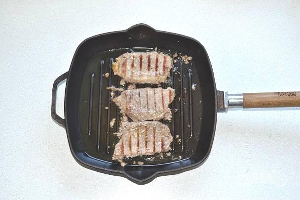 В зависимости от размера и толщины кусочков, жарьте свиную корейку на сковороде гриль от 5 до 12 минут с каждой стороны.