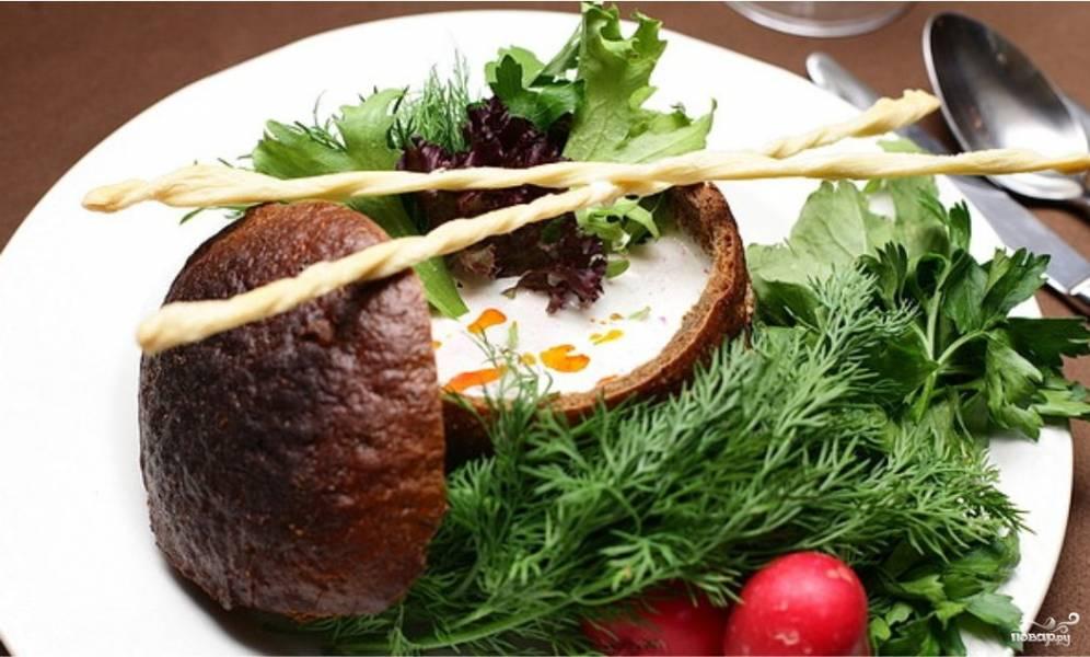 Холодный суп из редиса в черном хлебе