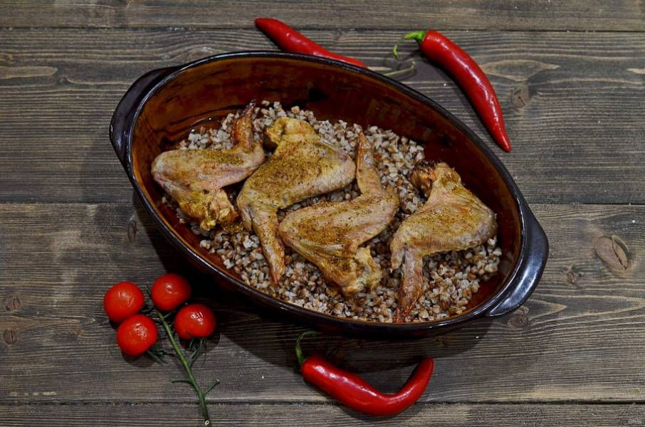 Добавьте стакан воды. Запекайте в разогретой до 180 градусов духовке около 45 минут. Крылья получаются очень хрустящие. Если вы любите более мягкие, то накройте форму фольгой. Приятного аппетита!