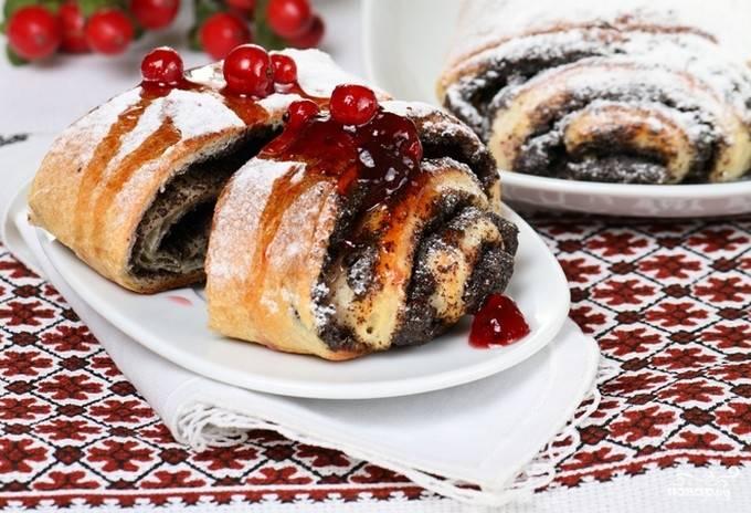 6. Разведите сахар с водой, доведите сироп до кипения. Полученным сиропом смазывайте поверхность наших свежеиспеченных булочек. Вот такие красивые они получаются в готовом виде.