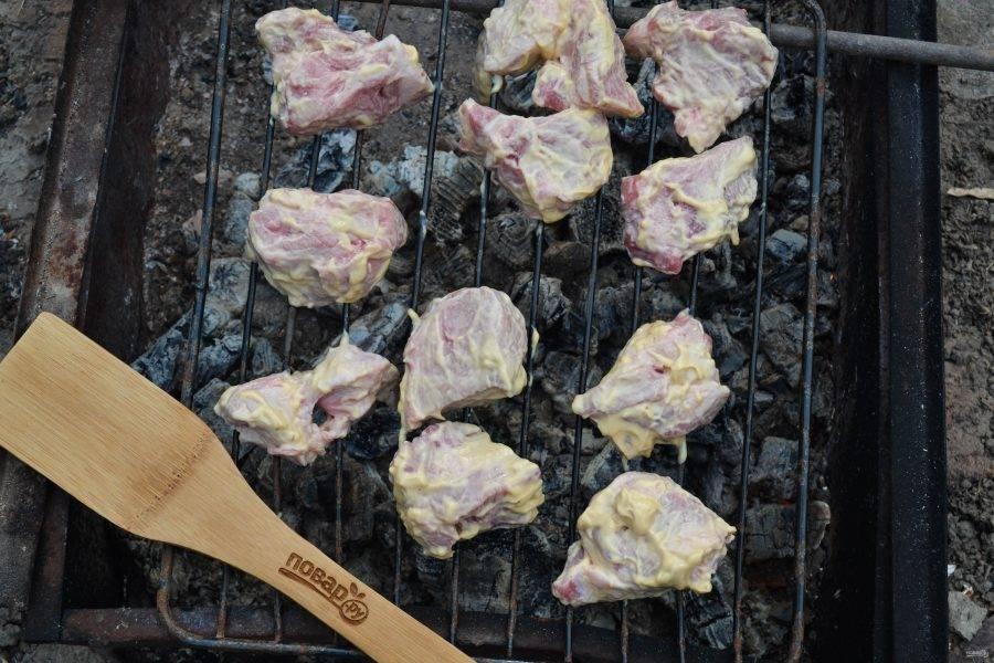 Жарить шашлык в этот раз я буду на решетке. Когда угли для шашлыка будут готовы, выложите мясо на решетку и жарьте до готовности. С таким маринадом мясо слишком сильно не зажарится и не будет очень темным.