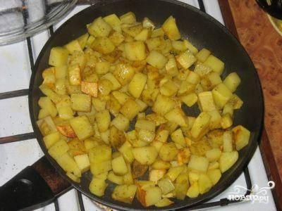Картофель чистим, режем на кубики и обжариваем в растительном масле до образования золотистой корочки. Картофель будет немного сыроватым, но это ничего страшного - ведь мы его еще будем запекать.